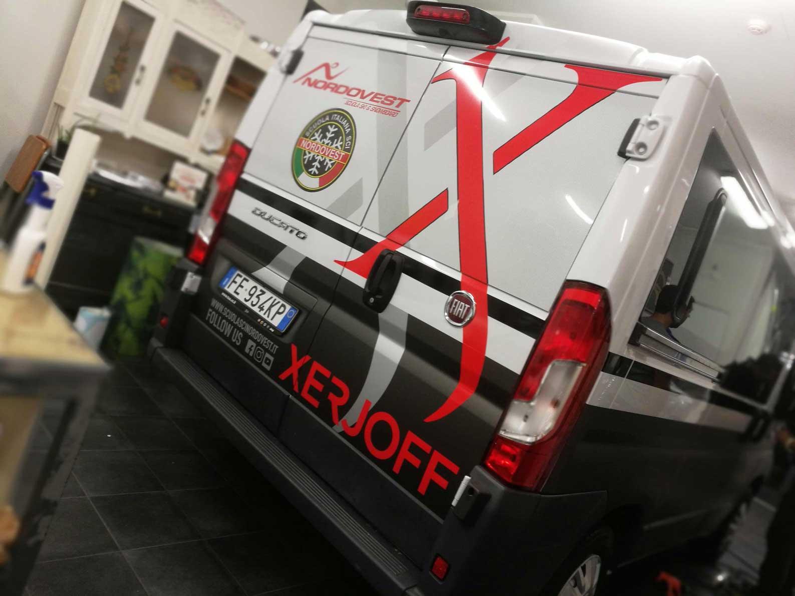 Retro del furgone di Scuola di sci Nordovest Bardonecchia, particolari in adesivo per veicolo.