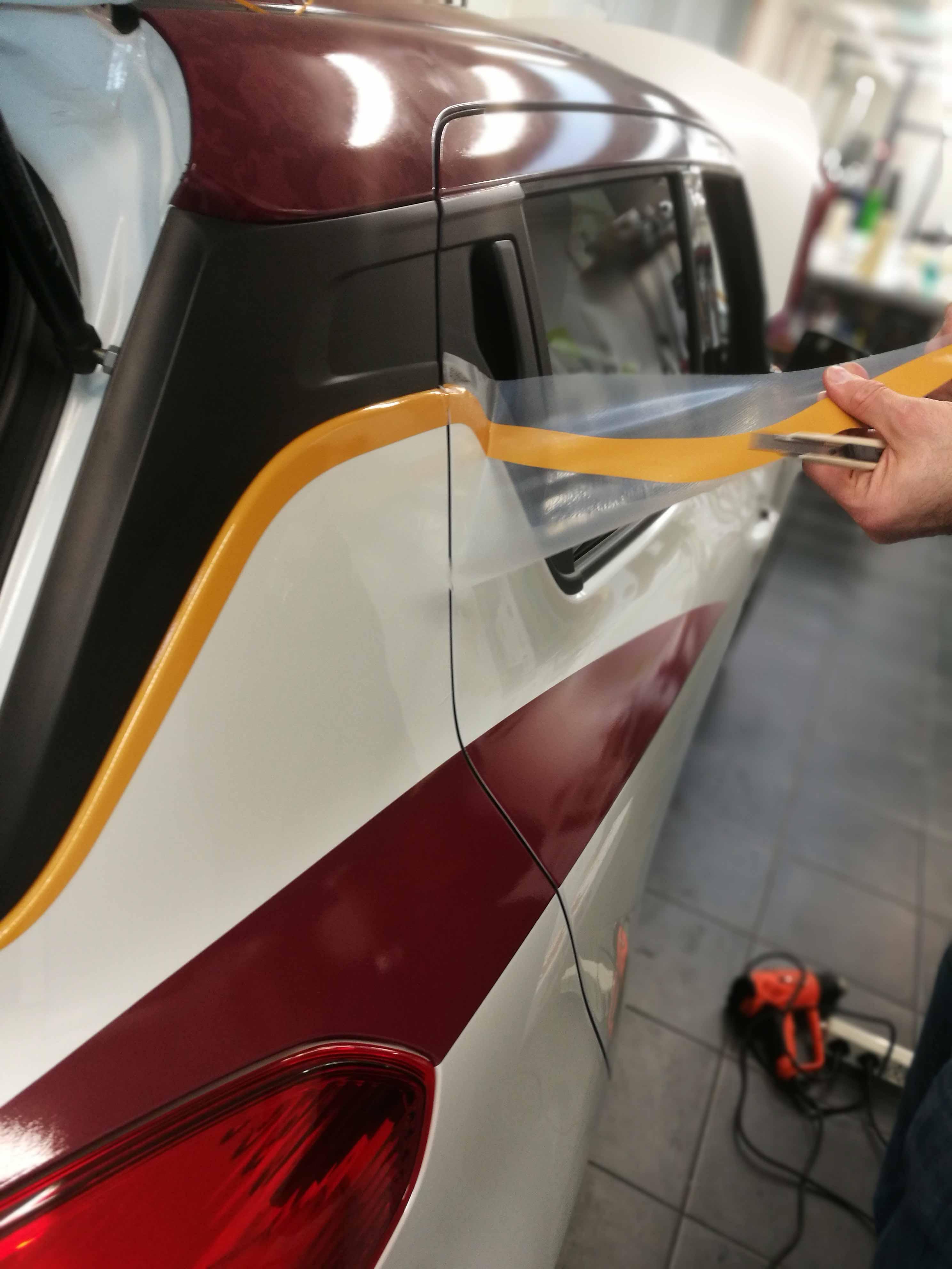 Rifinitura particolari Suzuki Toro Edition, utilizzo di strisce gialle per risaltare il color granata del Toro.
