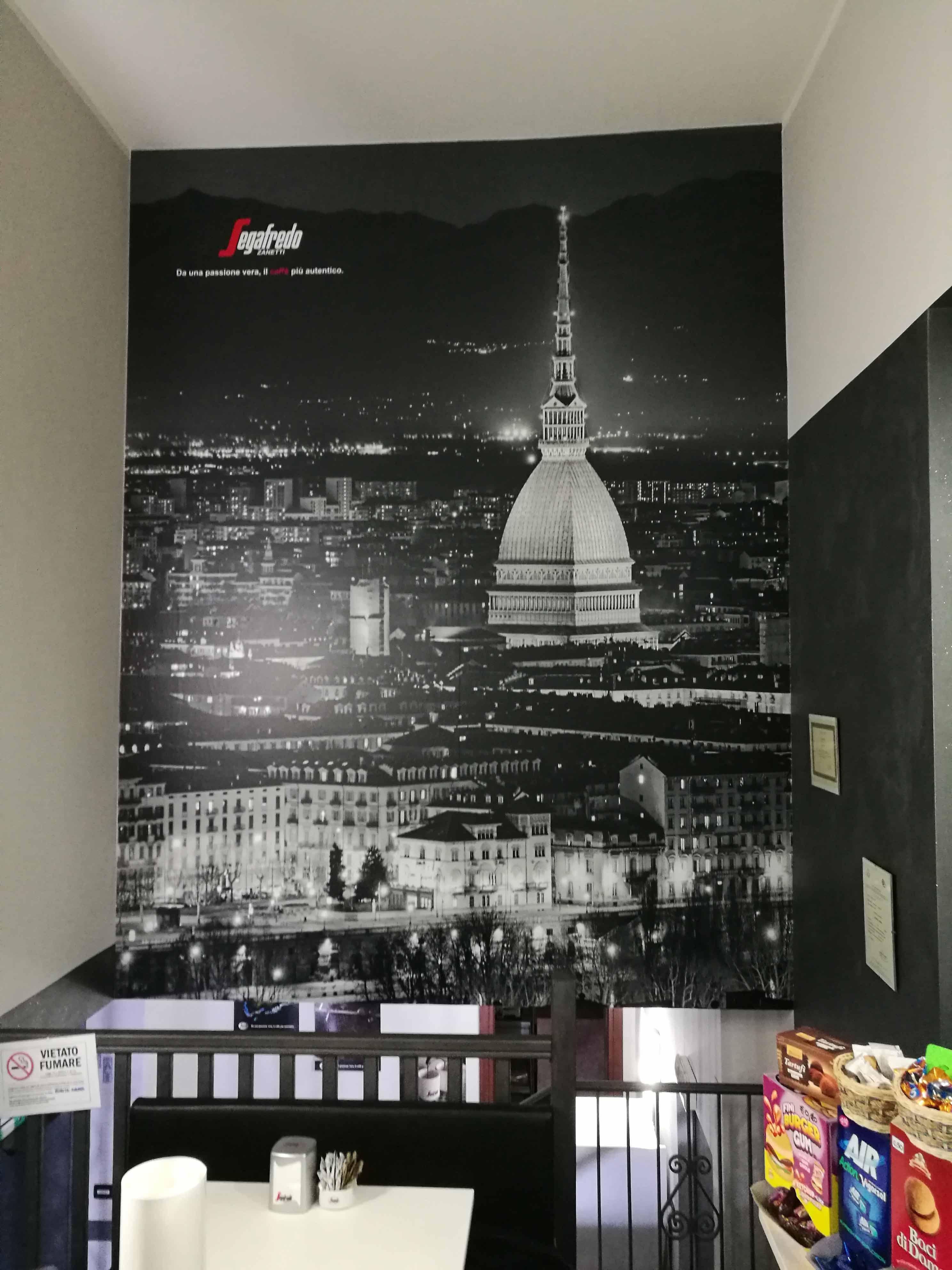 Applicazione di adesivi per pareti raffiguranti Torino.