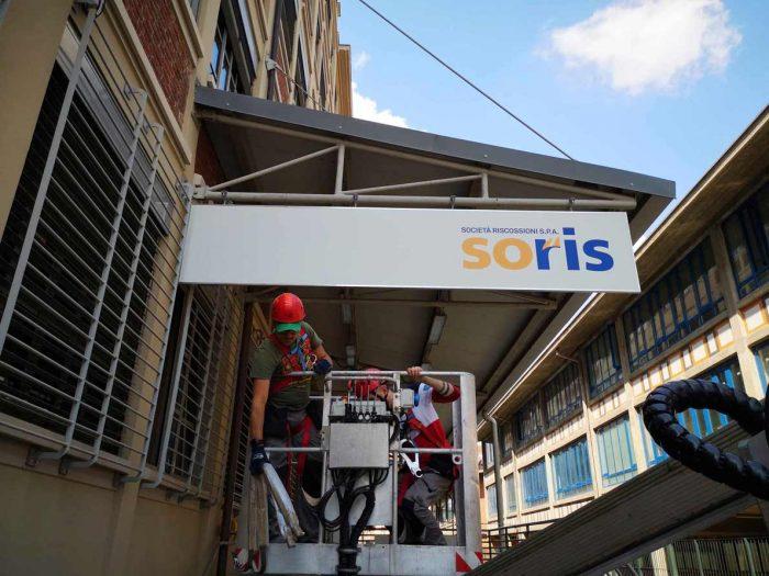 installazione insegna con utilizzo del cestello alla soris Torino fabbricanti d'immagine 4