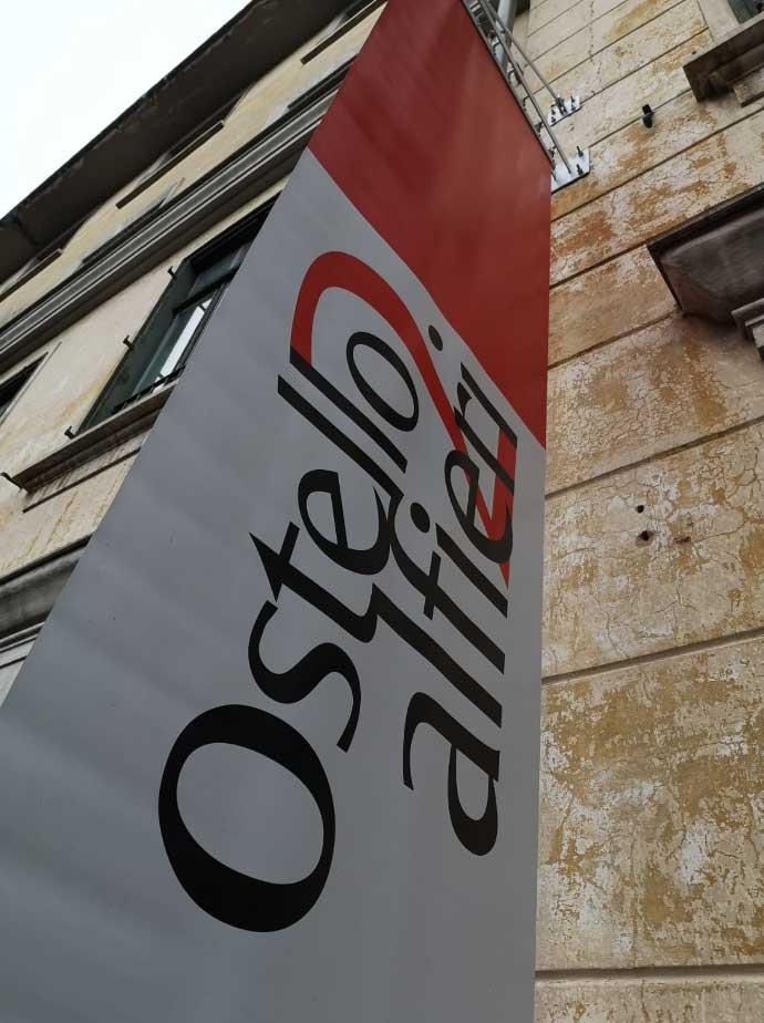 installazione insegna bandiera ostello alfieri torino 4