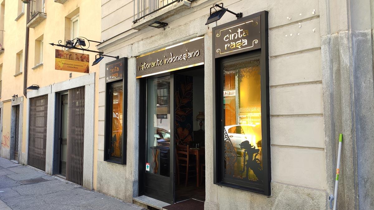 insegne ristorante indonesiano Torino vista a lato