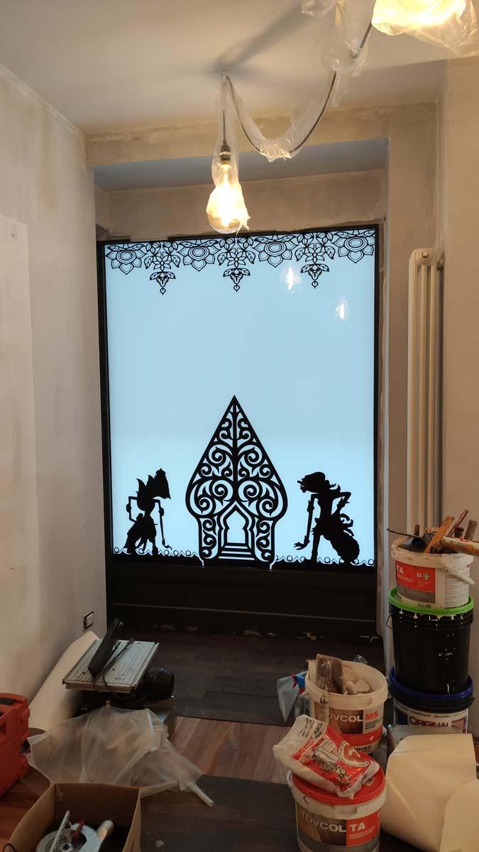 decorazione vetrina ristorante indonesiano Torino