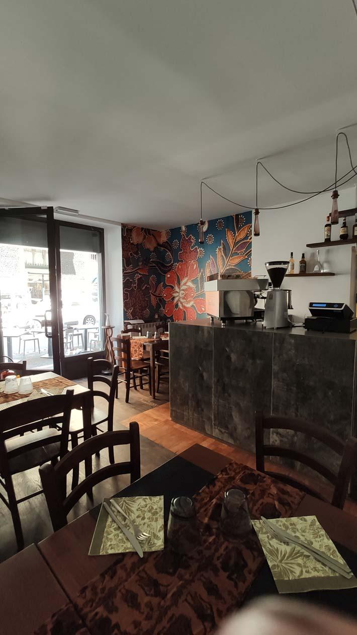 decorazione interna ristorante indonesiano Torino